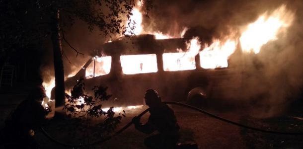 На Днепропетровщине на стоянке сгорел микроавтобус — видео