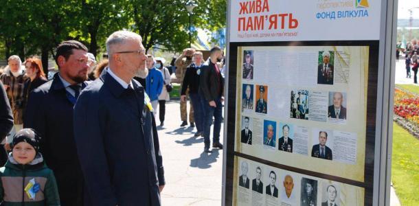 В Днепре Вилкул вместе с горожанами возложил цветы к монументу Вечной славы и поздравил всех с Днем Победы