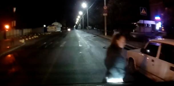 Молодая девушка шла по проезжей части навстречу едущему автомобилю — видео