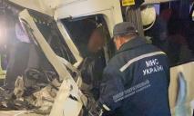 В Днепре маршрутка врезалась в эвакуатор, есть погибший