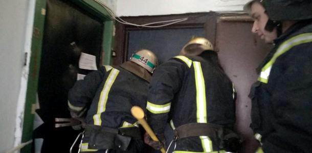 Пожилые люди днями не выходили из квартиры: спасателям пришлось срезать двери