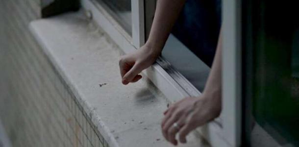 В Днепре женщина выбросилась из окна на глазах у детей и мужа