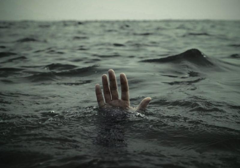 Полицейские привлекли спасателей, чтобы те доставили труп на берег. Новости Днепра