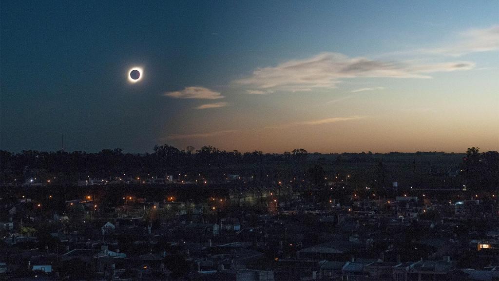 Новости Днепра про Огненное кольцо: в Украине прямо сейчас можно увидеть солнечное затмение