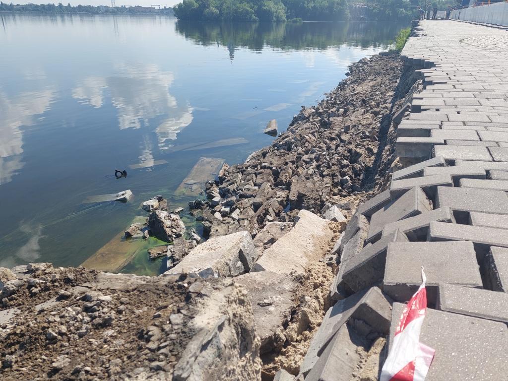 Новости Днепра про Обвал части набережной в Днепре: что сейчас происходит возле Фестивального причала (ФОТО)
