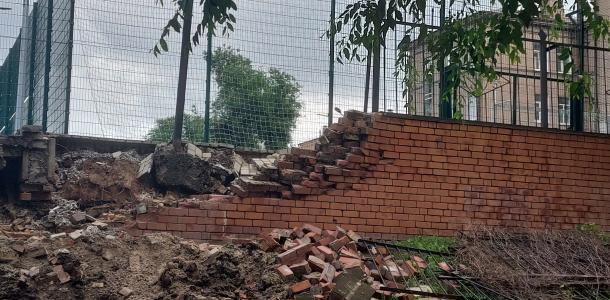 Возле лицея информационных технологий упала подпорная стена: на месте работает трактор