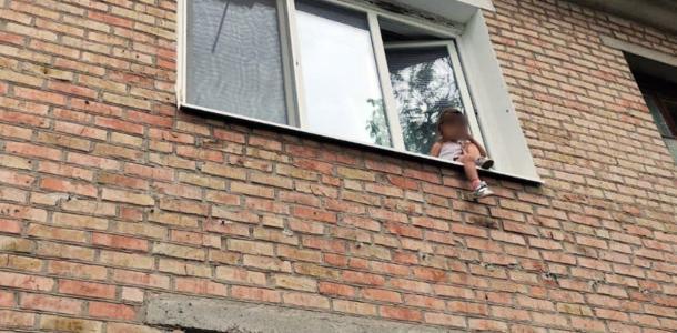 «В шаге от смерти»: 5-летнюю девочку спасли от падения с высоты