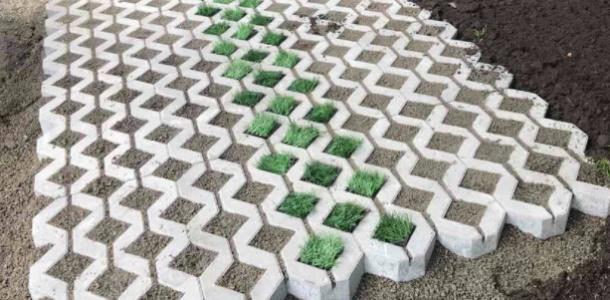 Горожане раскритиковали искусственный газон возле тротуара