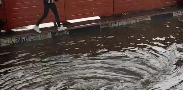 Какая ситуация сейчас возле Мост-сити: воды по колено, но уже можно пройти (ВИДЕО)