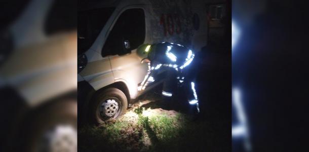 Автомобиль скорой помощи застрял в яме
