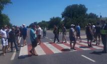 Шахтеры бастуют: люди перекрыли дорогу на Кривой Рог
