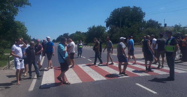Новости Днепра про Шахтеры бастуют: люди перекрыли дорогу на Кривой Рог