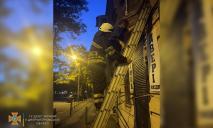 В Днепре женщина оказалась заблокирована на козырьке дома (ФОТО)