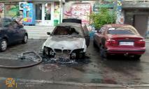 В Днепре посреди улицы сгорели легковушки