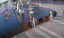 Гибель ребенка из-за падения в фонтан в Днепре: видео с места происшествия