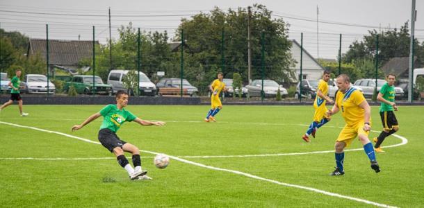 Построенный «с нуля» стадион в Приднепровском открыли футбольным матчем