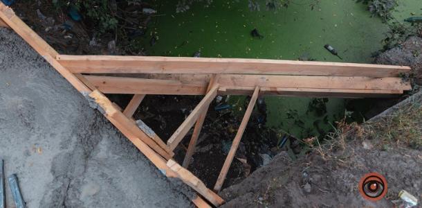 Возле реки в Днепре, где мама с коляской упала в реку, устанавливают ограждение