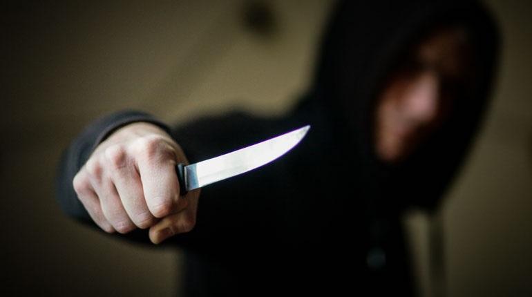 Новости Днепра про Неизвестный изрезал лицо мужчине и ранил в живот другого