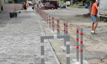 Новые антипарковочные столбики установили в Днепре