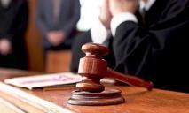 Мужчину, который удерживал на цепи ребенка, арестовали в зале суда
