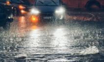 Плывут машины и падают деревья: непогода в Днепре