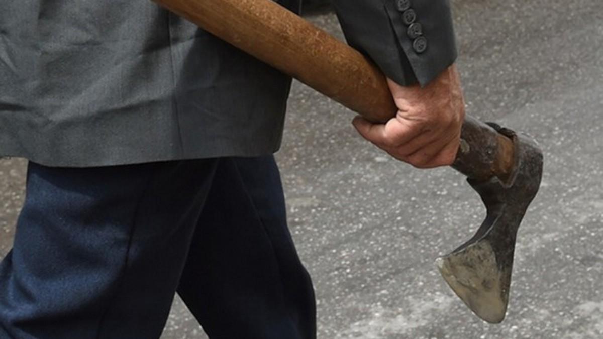 Кардинально: водитель в Днепре ударил топором пешехода-нарушителя