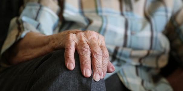Не выдержал: 79-летний криворожанин воткнул себе в шею нож