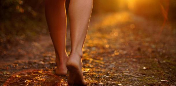 Не голая, но босая: по проезжей части на Яворницкого гуляет странная девушка