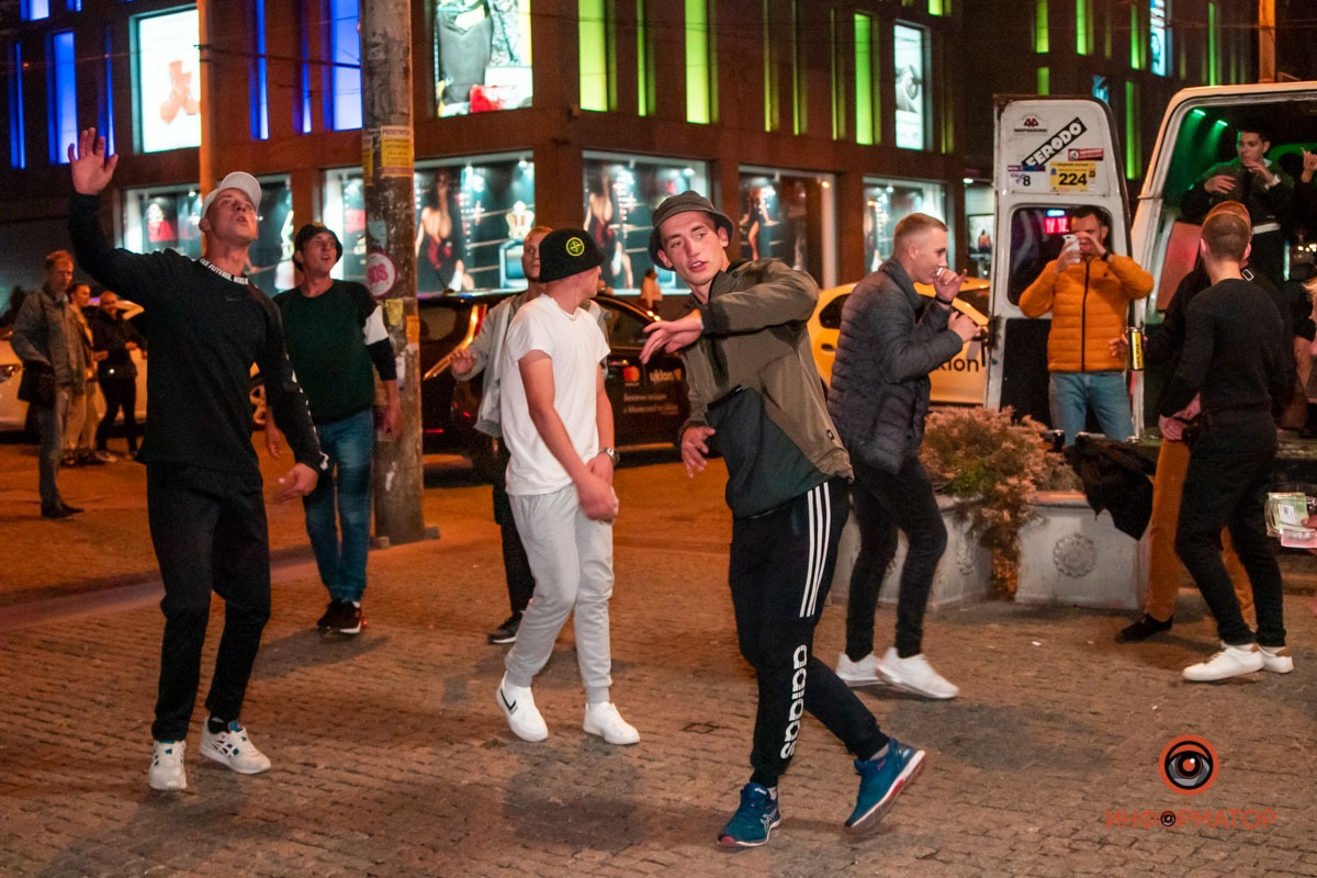 Новости Днепра про На Европейской площади в Днепре парни танцевали на крыше микроавтобуса (ВИДЕО)