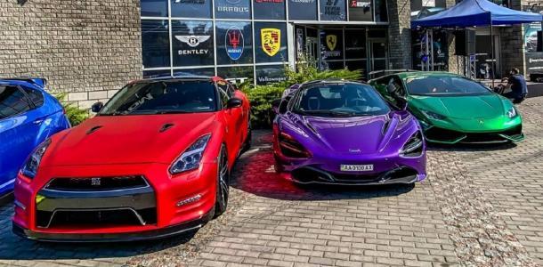 Парковка на миллион долларов: в Днепре заметили три ярких суперкара