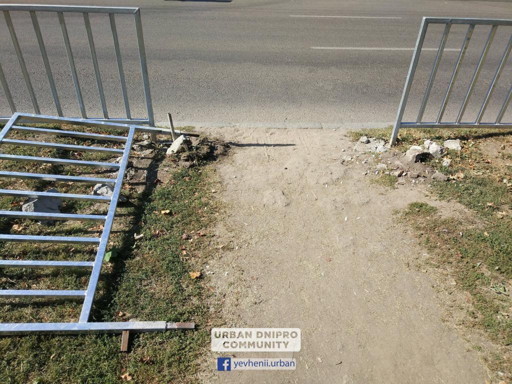 Новости Днепра про На проспекте Поля днепряне ломают забор, чтобы сохранить