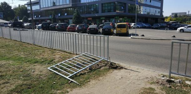 На проспекте Поля днепряне ломают забор, чтобы сохранить «народную тропу»