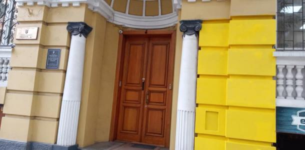 Не фасад, а Пеппи Длинный Чулок: в Днепре фирма изуродовала фасад старинного здания