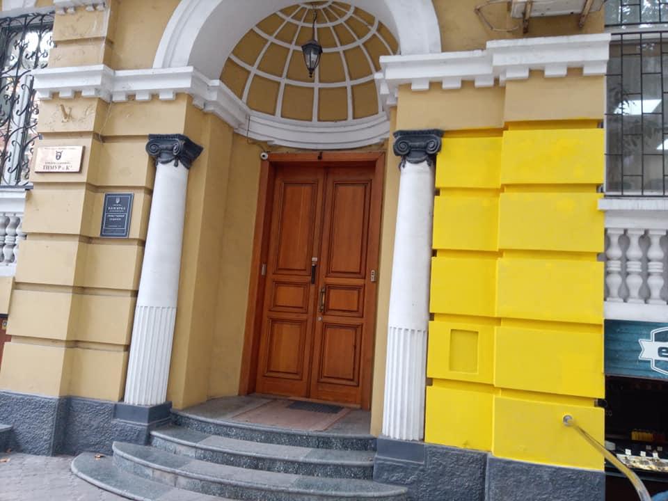 Новости Днепра про Не фасад, а Пеппи Длинный Чулок: в Днепре фирма изуродовала фасад старинного здания