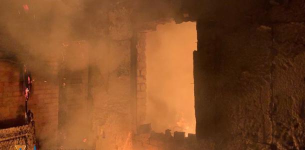 Дотла: в Днепре из-за пожара на улице осталась семья с 8-ю детьми