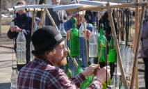 Стаканы, ложки, бутылки: в Днепре ищут аматоров, играющих на необычных музыкальных инструментах