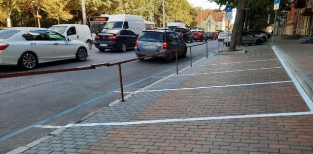 Парковка не для машин: в центре Днепра стоянку оградили забором