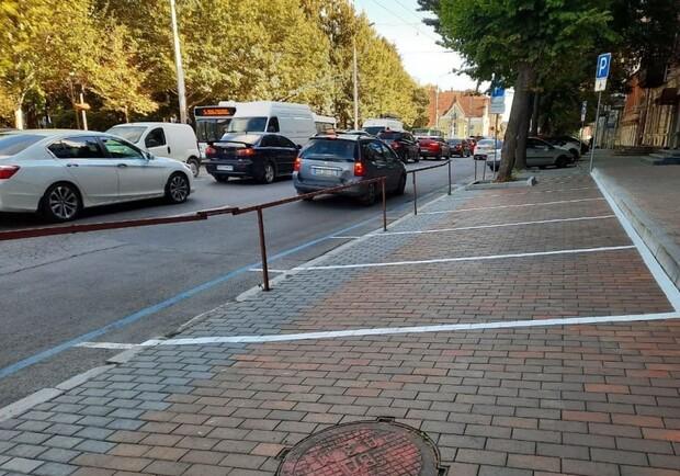 Новости Днепра про Парковка не для машин: в центре Днепра стоянку оградили забором