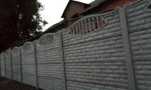 Надоели соседи: жители многоэтажки возвели вокруг дома высоченный забор