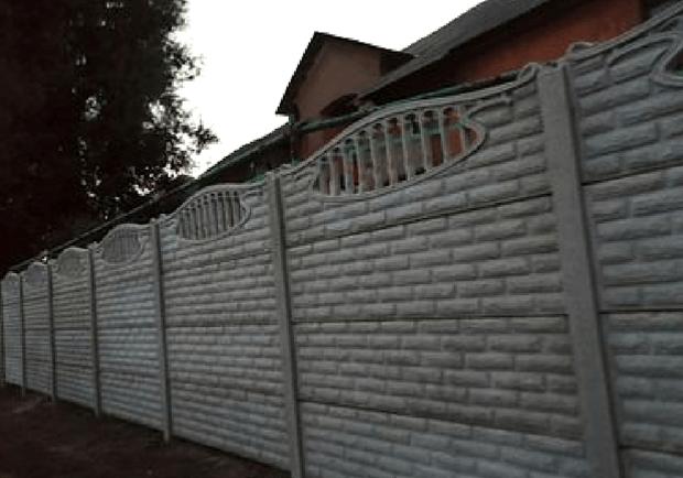 Новости Днепра про Надоели соседи: жители многоэтажки возвели вокруг дома высоченный забор