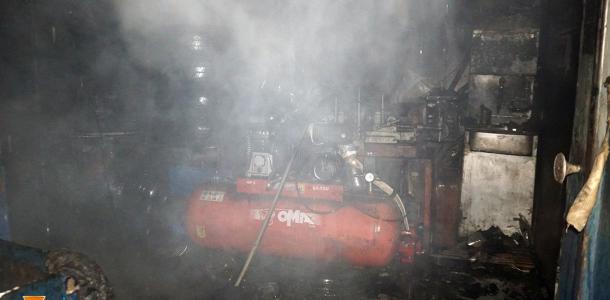 Теперь негде ремонтировать машины: в Днепре сгорел шиномонтаж (ВИДЕО)