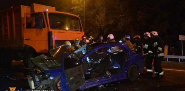 Спасатели вырезали из машины: в Днепре на проспекте Гагарина авто врезалось в мусоровоз
