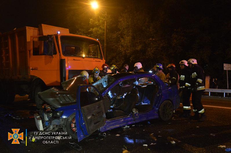 Новости Днепра про Спасатели вырезали из машины: в Днепре на проспекте Гагарина авто врезалось в мусоровоз
