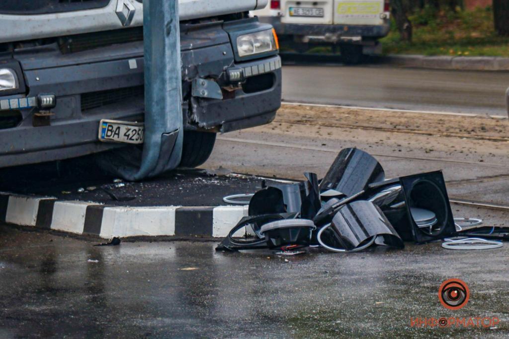 Новости Днепра про В Днепре на проспекте Свободы фура врезалась в новый светофор