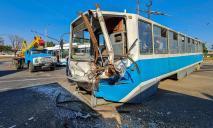 Вагон всмятку: возле речпорта столкнулся трамвай и фура (ВИДЕО)