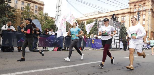 В Днепре сотрудники шиномонтажки поили участников марафона водой