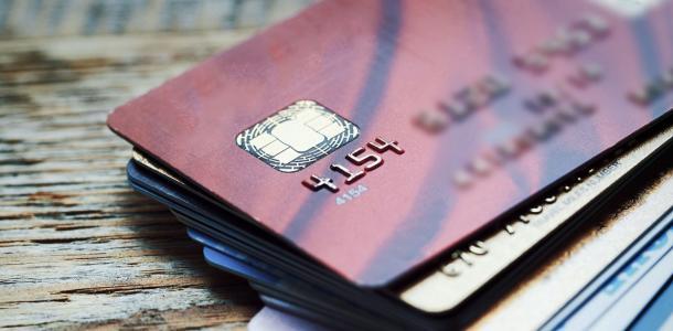 Опасные друзья: под Днепром мужчина воровал деньги с банковских карт у своих знакомых