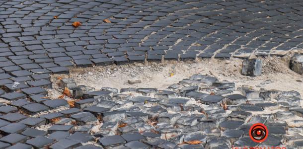 Осторожно, брусчатка: в Днепре на проспекте Яворницкого разрушилось дорожное покрытие (ФОТО)