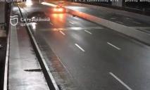Влетел в отбойник и скрылся: видео ночного ДТП в Днепре на Новом мосту