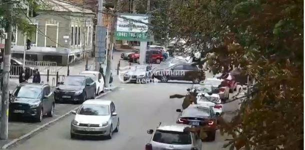 Не проехать: в Днепре ДТП на улице Староказацкой, машина заблокировала проезд (видео)